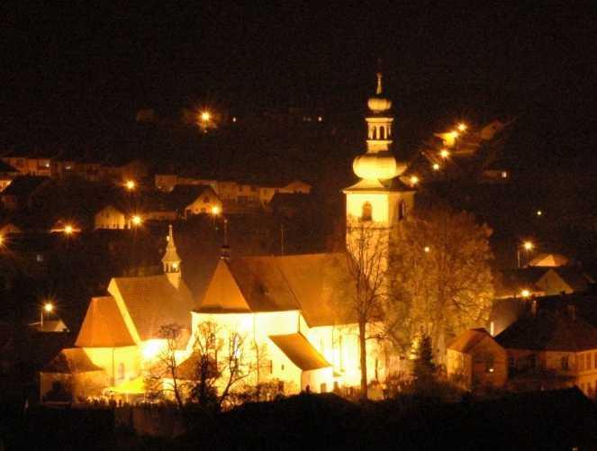 Noční pohled na oba kostely